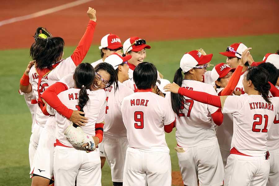 優勝が決まった瞬間、歓喜の輪を作るソフトボール日本代表【写真:Getty Images】