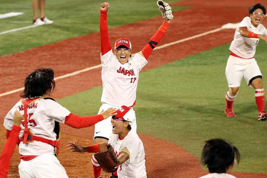 優勝が決まった瞬間、選手たちは歓喜の輪を作るソフトボール日本代表【写真:Getty Images】