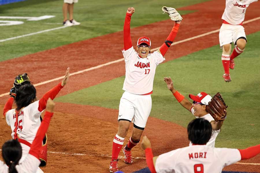 最後の打者を捕邪飛に抑え喜ぶ上野由岐子【写真:Getty Images】