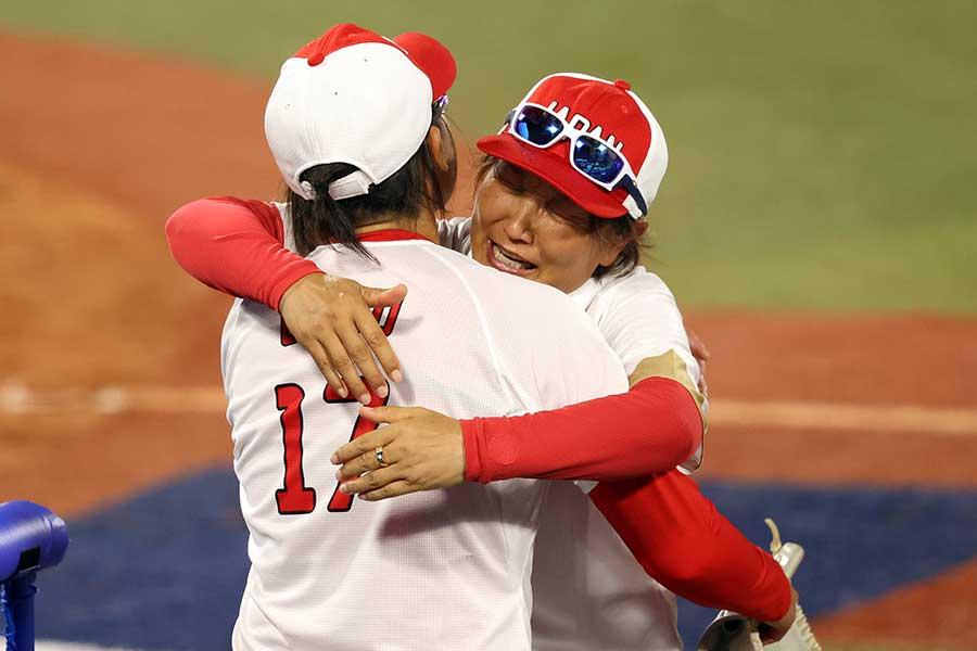 優勝に歓喜する上野と宇津木監督【写真:Getty Images】
