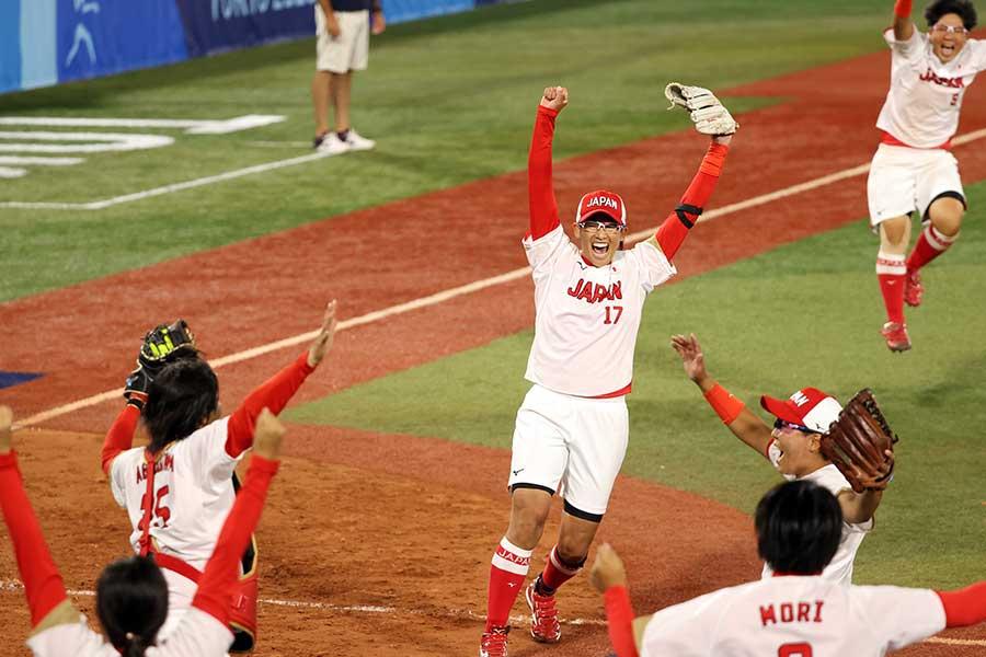 米国を完封し優勝を喜ぶ上野(中央)【写真:Getty Images】