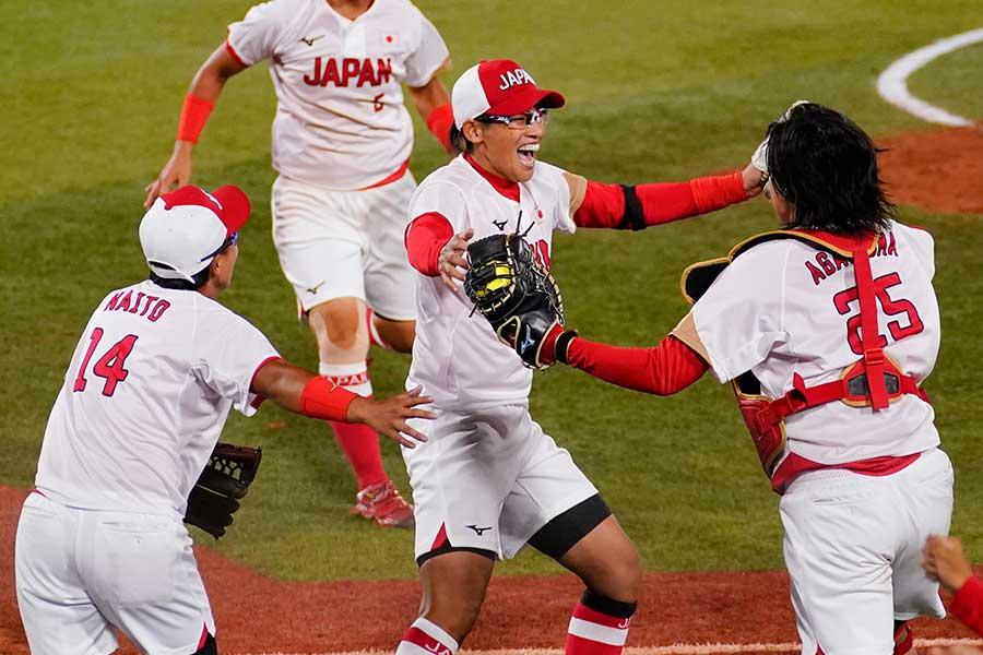優勝を決め、歓喜する上野由岐子【写真:Getty Images】
