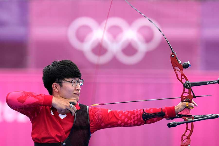 アーチェリー男子団体で銅メダルを獲得した日本代表【写真:AP】