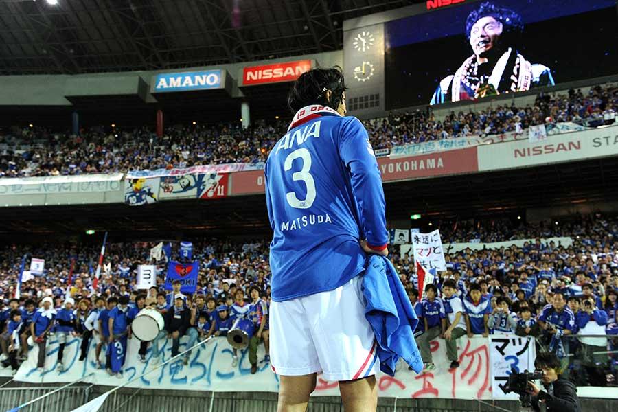 2010年のマリノス最終戦の挨拶に立った松田直樹さん【写真:Getty Images】