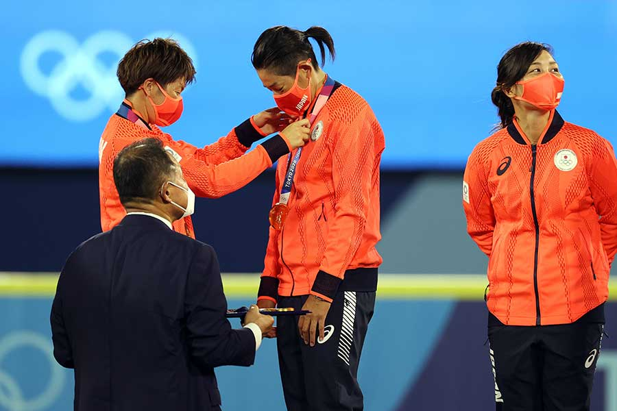 上野由岐子(中央)にメダルをかける藤田倭【写真:Getty Images】