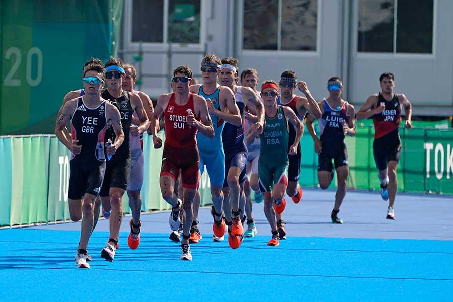 東京五輪、男子トライアスロンの画像が話題に【写真:AP】