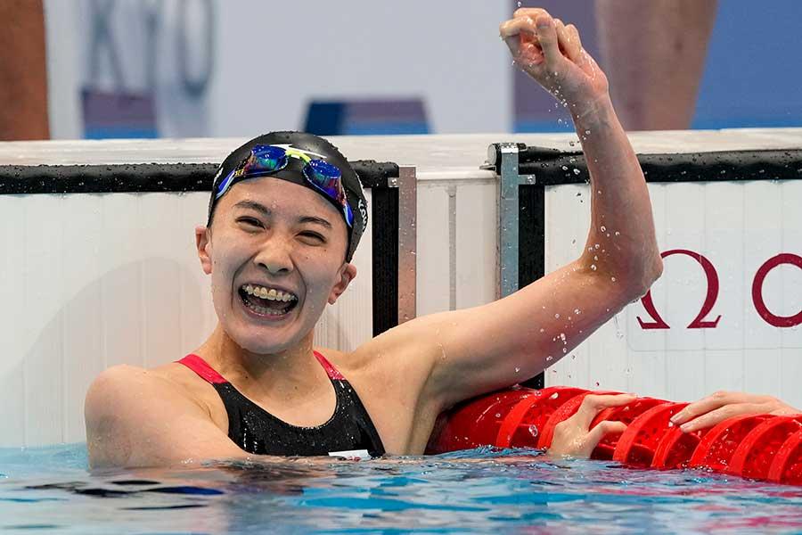 金メダルを獲得し、ガッツポーズとともに笑顔を見せる大橋悠依【写真:AP】