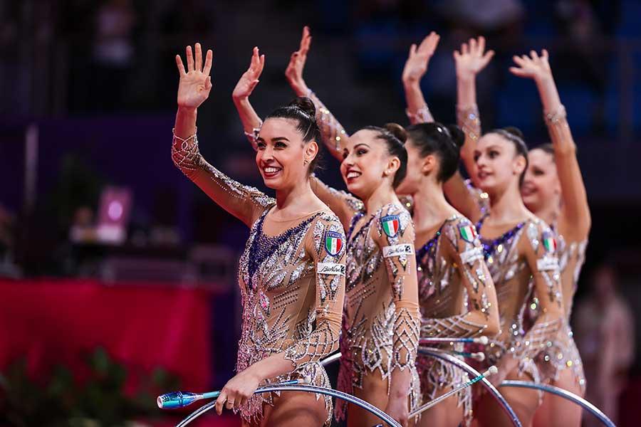 新体操イタリア代表のアレシア・マウレッリ(左)【写真:Getty Images】