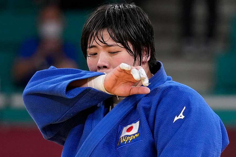 柔道女子78キロ超級で金メダルを獲得し、涙を流す素根輝【写真:AP】