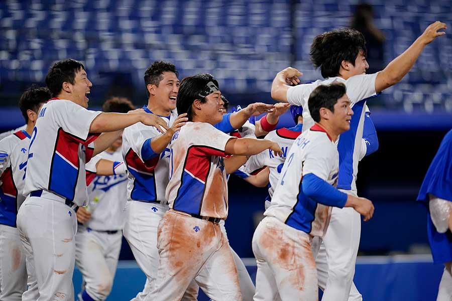 イスラエルにサヨナラ勝ちを決め、喜ぶ韓国代表【写真:AP】