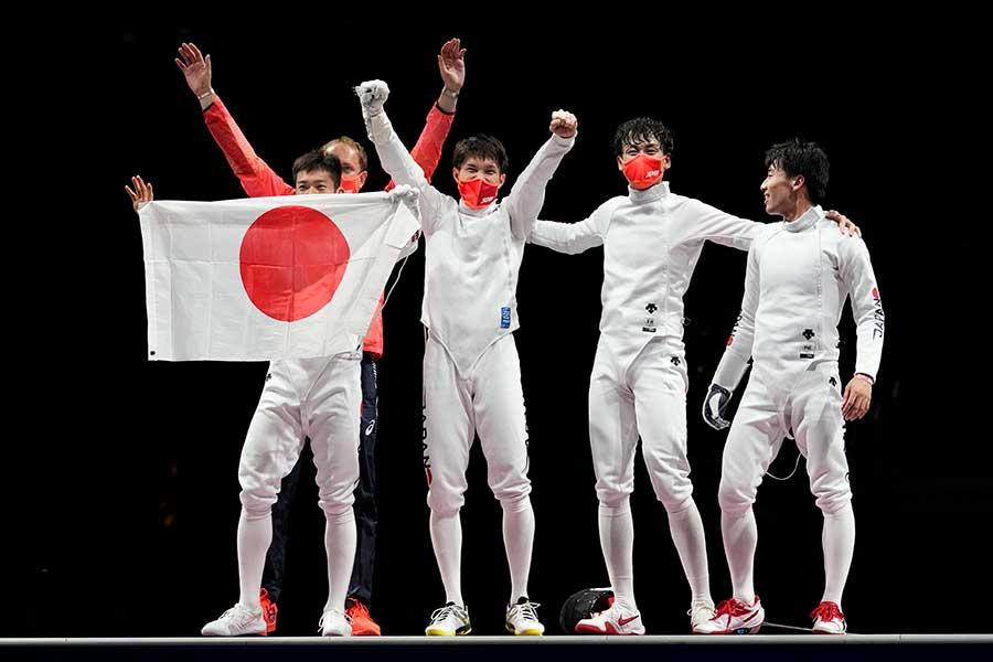 フェンシング男子エペ団体で日本が金メダルに輝いた【写真:AP】