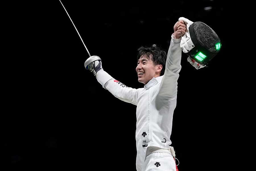 男子エペ団体では日本代表が悲願の金メダルを獲得した【写真:AP】