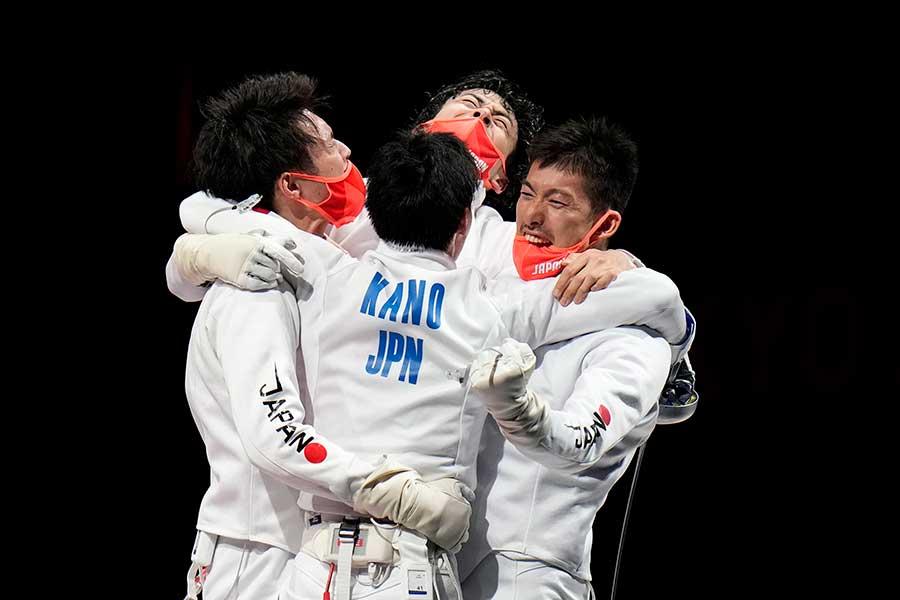 フェンシング男子エペ団体で金メダルを獲得し、喜ぶ日本代表【写真:AP】