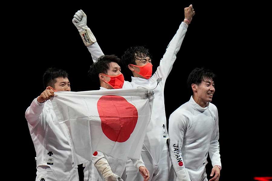 フェンシング男子エペ団体で金メダルを獲得し、声援に応える日本代表【写真:AP】