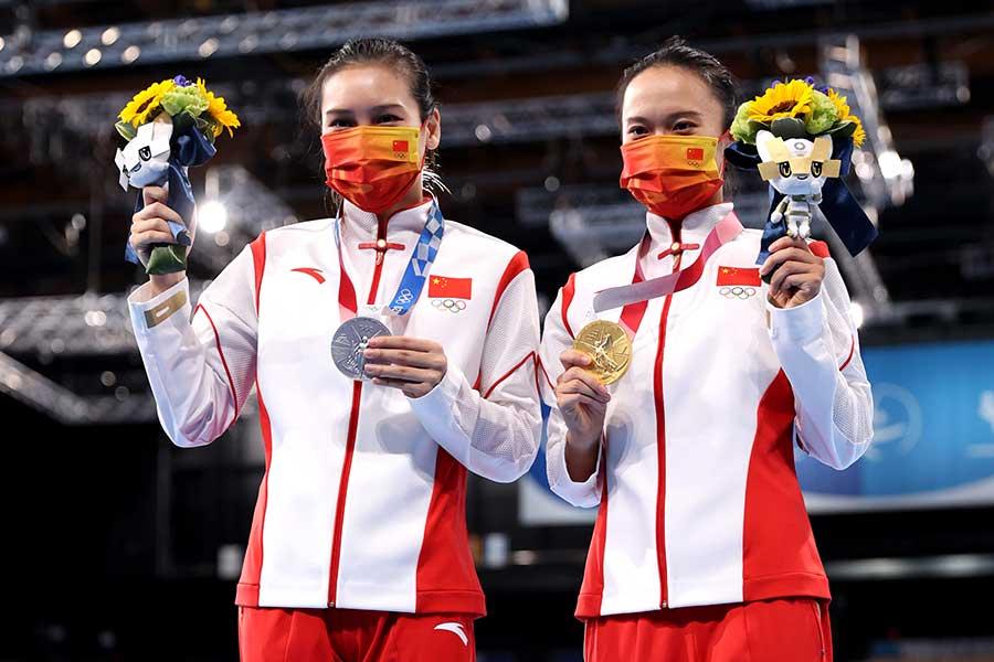 トランポリン女子で金メダル、銀メダルを獲得した中国の朱雪瑩と劉霊玲【写真:Getty Images】