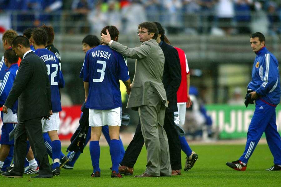 2002年日韓W杯トルコ戦で敗退し、松田直樹さん(背番号3)に声をかけるトルシエ氏【写真:L'EQUIPE/アフロ】