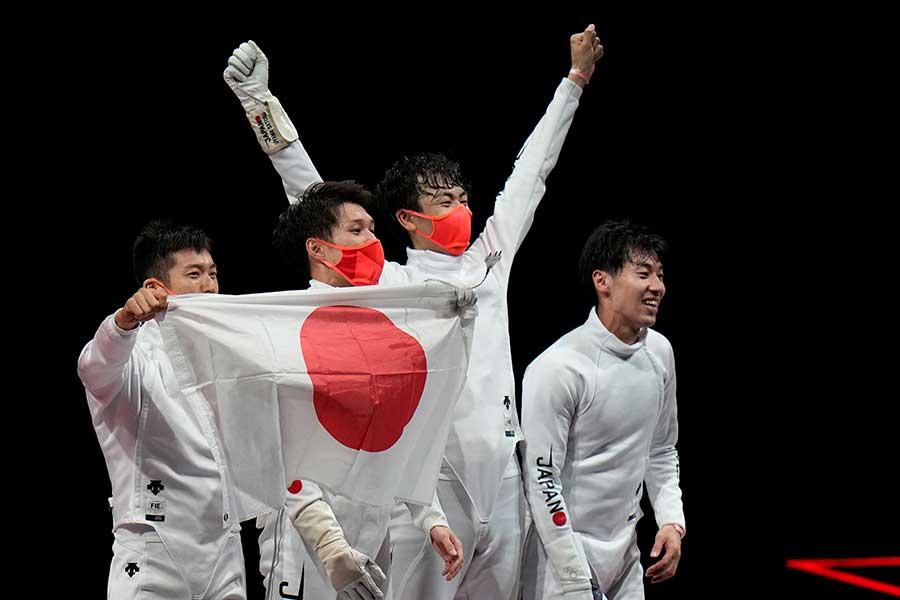 フェンシング男子エペ団体で金メダルを獲得した日本代表の選手たち【写真:AP】