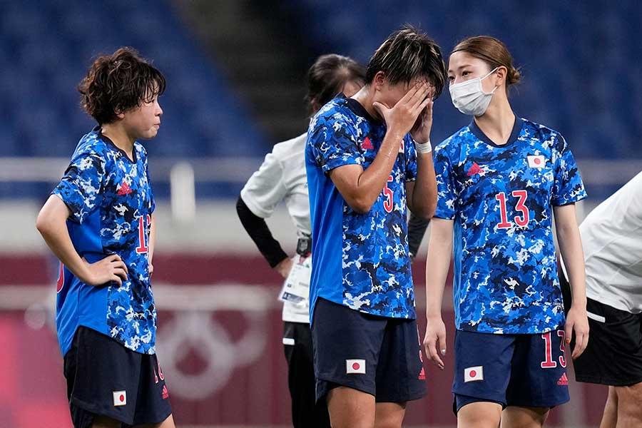 準々決勝でスウェーデンに敗れ、肩を落とすサッカー女子日本代表【写真:AP】