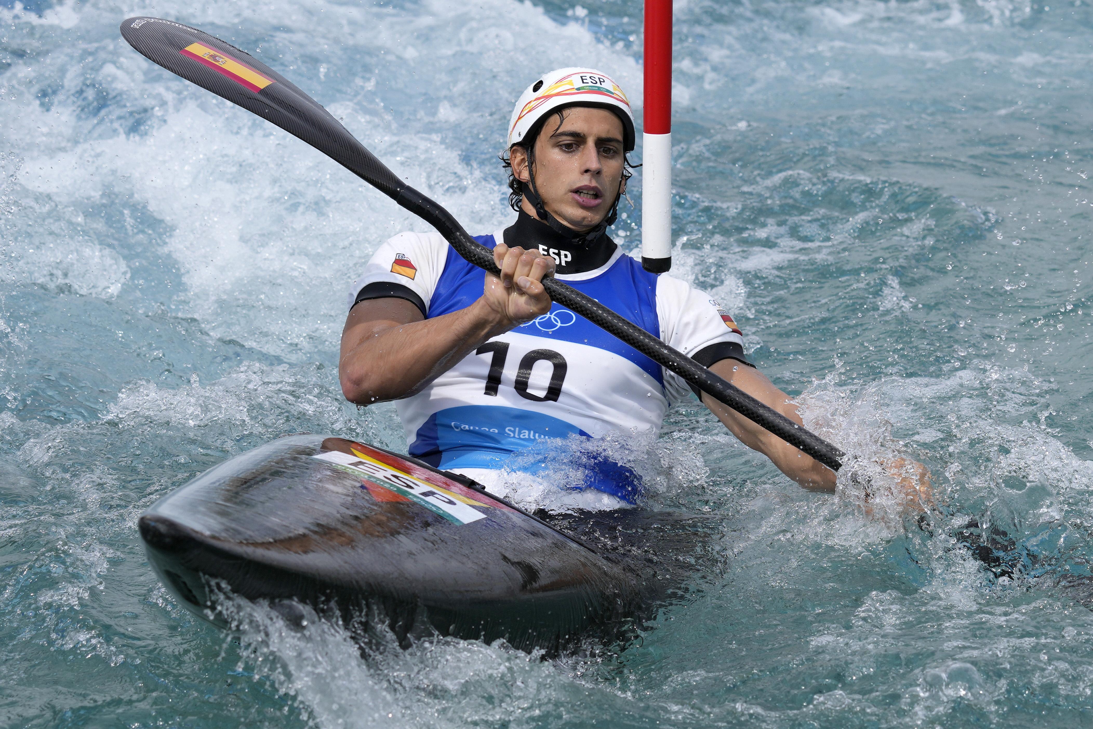 スペインのカヌー代表ダビド・リョレンテが納豆に挑戦している【写真:AP】