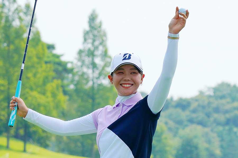 優勝を決め、手を上げて喜ぶ吉田優利【写真:Getty Images】