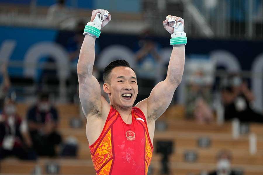 体操男子個人総合で銀メダルを獲得した肖若騰【写真:AP】