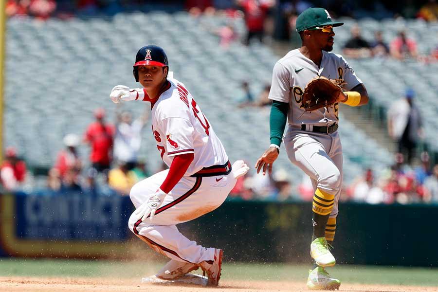 3回に右中間へ先制二塁打を放ち、二塁へ滑り込むエンゼルスの大谷翔平【写真:AP】