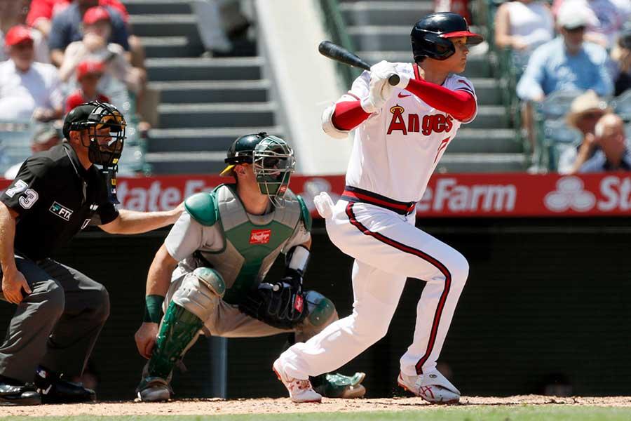 3回に右中間へ先制二塁打を放つエンゼルスの大谷翔平【写真:AP】
