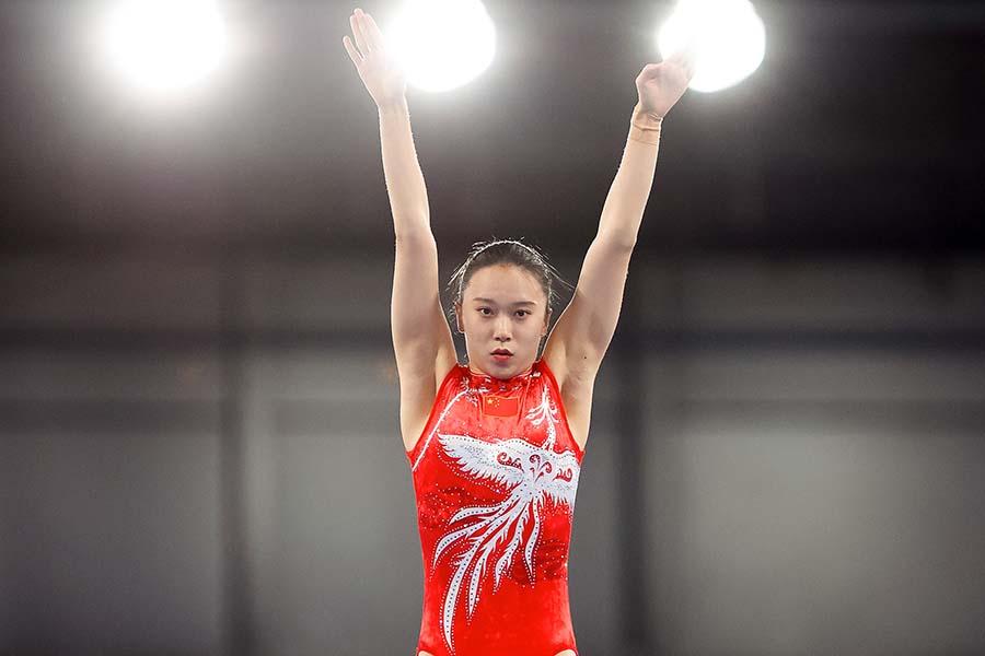 金メダルを獲得した中国の朱雪瑩。トランポリン競技中のカメラマンに注目が集まっている【写真:Getty Images】