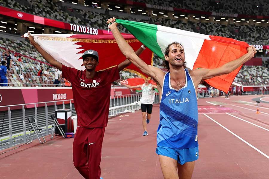 ダブル金メダルの2人はともに国旗を掲げて歓喜【写真:Getty Images】