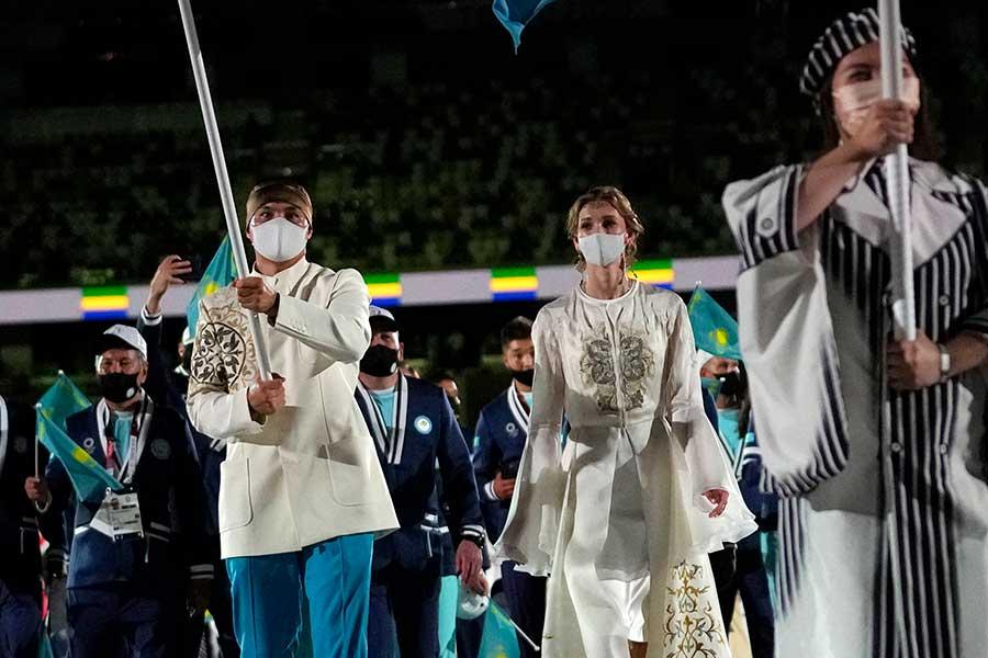 東京五輪開会式でカザフスタンで旗手を務めたリパコワが、大会を終えてメッセージを投稿【写真:AP】