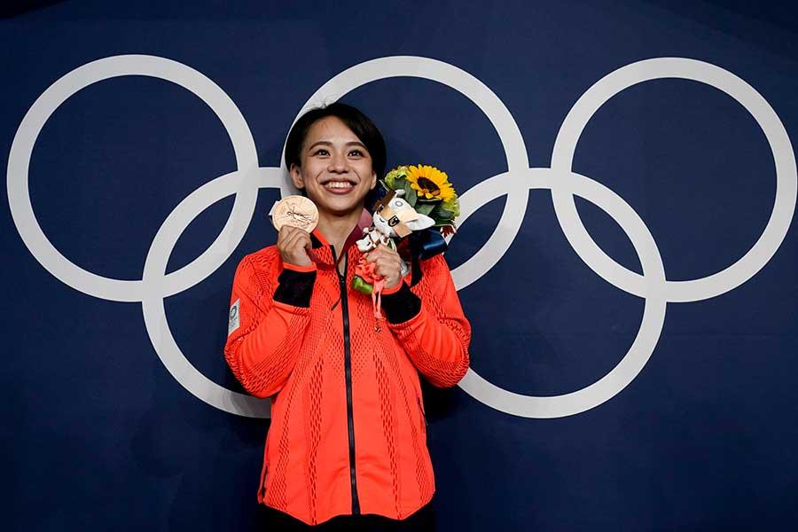 体操女子床運動で銅メダルを獲得した村上茉愛【写真:AP】