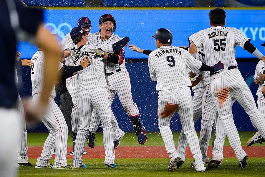 日本が米国にサヨナラ勝ちを収め、準決勝進出を決めた【写真:AP】