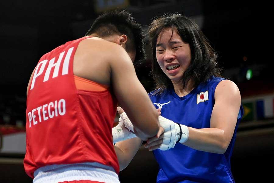 女子フェザー級で金メダルを獲得し、相手選手とたたえ合う入江聖奈【写真:Getty Images】