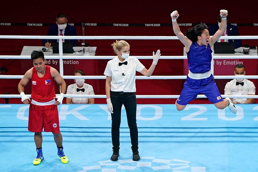 女子フェザー級で金メダルを獲得し、喜びのあまり跳びはねる入江聖奈【写真:AP】