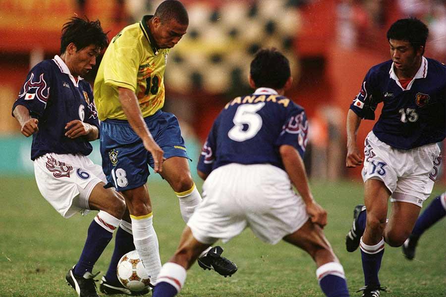 「マイアミの奇跡」と言われた96年アトランタ五輪ブラジル戦でロナウドと対峙する松田さん(右)【写真:Getty Images】