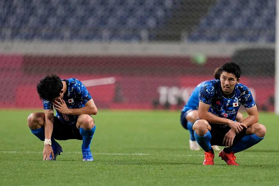 準決勝、延長戦の末スペインに敗れ、うなだれるサッカー男子日本代表【写真:AP】