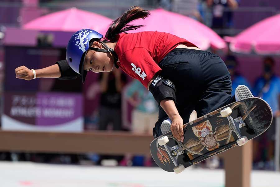 スケートボード・女子パークで金メダルを獲得した四十住さくら【写真:AP】
