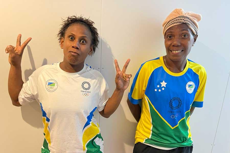 女子ウエイトリフティング代表メアリーキニ・リフ(左)と陽気な2ショット【写真:ソロモン選手団提供】