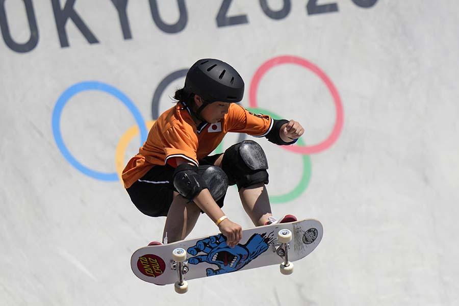 スケートボード・女子パークでは、4位となった岡本碧優とライバルたちの振る舞いが反響を呼んでいる【写真:AP】