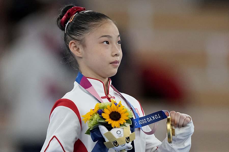 体操女子種目別平均台金メダル管晨辰の父親の熱血ぶりが話題を呼んでいる【写真:AP】
