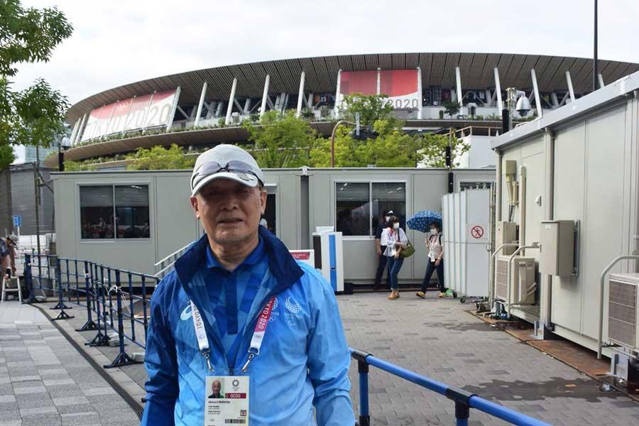 国立競技場でボランティアする村岡亮道さん(※撮影時のみマスクを外しています)【写真:編集部】