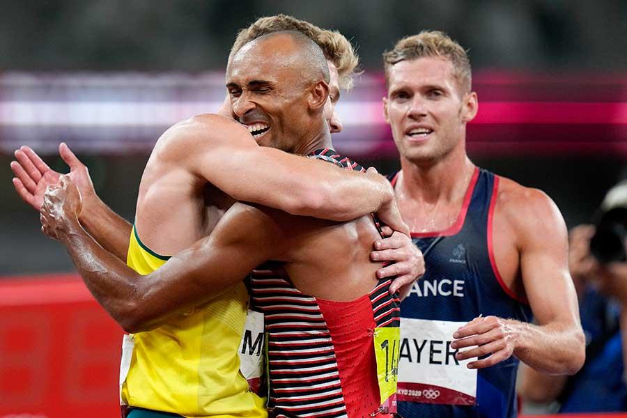 十種競技で金メダルを獲得したダミアン・ワーナーは他の選手とも喜びを分かち合った【写真:AP】