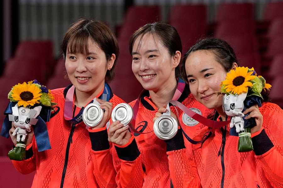 銀メダルを手にする平野美宇、石川佳純、伊藤美誠【写真:AP】