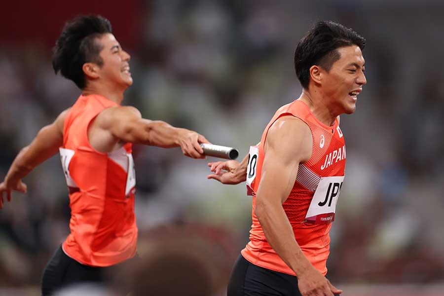 1走の多田修平(左)から山縣亮太へのバトンがつながらず、日本は失格となった【写真:長田洋平/アフロスポーツ】