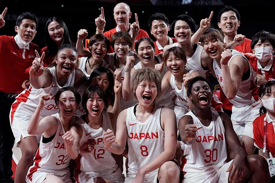 史上初の決勝進出を喜ぶバスケットボール女子日本代表とトム・ホーバス監督(中央上)【写真:AP】