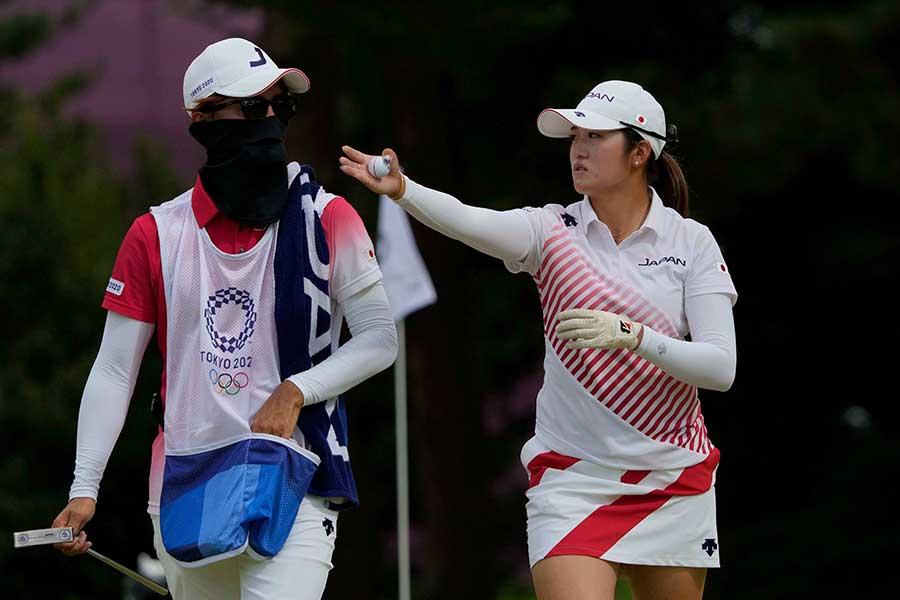 女子ゴルフで銀メダルを獲得した稲見萌寧【写真:AP】