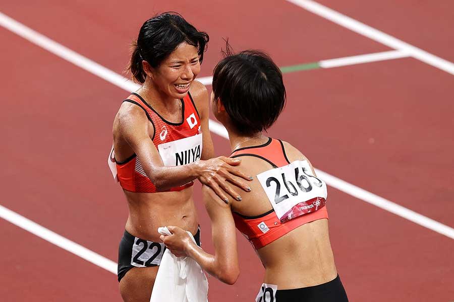 決勝のレース直後に健闘を称え合う新谷仁美(左)と廣中璃梨佳【写真:Getty Images】