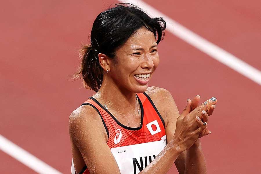 決勝のレース直後に廣中の健闘を称える新谷仁美【写真:Getty Images】