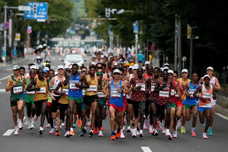 男子マラソンで伴走車に注目が集まっている【写真:AP】