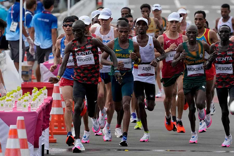 男子マラソンは、全体の3割弱が脱落となる過酷なレースとなった【写真:AP】